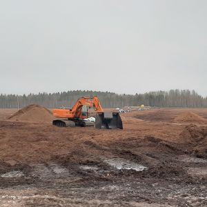 Stor grävskopa på torvtäkten i Mjölbolsta, Karis.