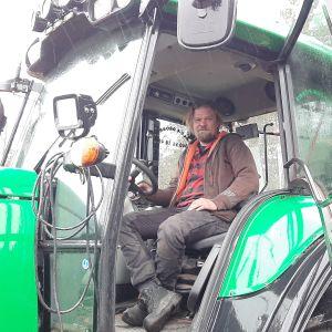 Carl-Erik Grönroos i en av de stora traktorerna på torvtäkten i Mjölbolsta.