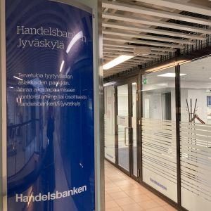 Handelsbankenin sisäänkäynti kauppakeskuksen sisällä.