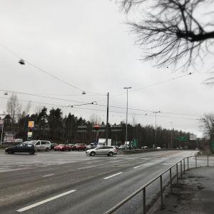 Korsningen mellan Tusbyleden och Pohjolagatan i Kottby.