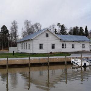 En vit träbyggnad i Ingå kyrkby som heter Wilhelmsdal.