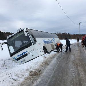 En buss som åkt i diket bärgas.