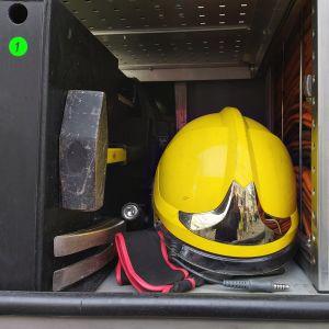 Hjälm och yxa i en brandbil.