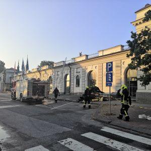 Palomiehiä taidemuseon edessä.