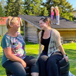 Jekkuvekaran päiväkodin vanhempainyhdistyksen sihteeri Kati Niemelä ja puheenjohtaja Johanna Vähänen päiväkodin pihalla.