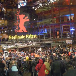 Galapalatset Berlinale Palast där kvällens pris delas ut, i en sal som rymmer närmare 1.500 åskådare.