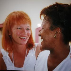 Jaana Kanninen ja kuubalainen Pastora katsovat toisiaan nauraen.