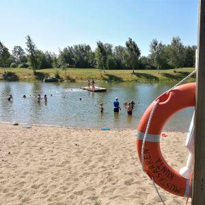 Tuovilan uimarannalla lapset polskivat uimakoulussa uimavalvojan valvonnan alla.