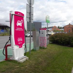 Vasa Elektriskas laddningsstation för elbilar, utanför biblioteket i Vasa.
