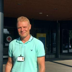 Peter Nieminen är resultatområdeschef vid Vasa centralsjukhus. Här står han vid ingången till akuten.