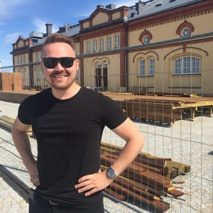 Tommi Mäki utanför Kuntsi i Vasa.