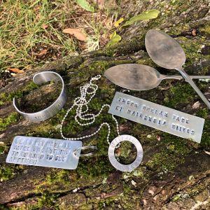 Erilaisia metallitöitä tekstillä