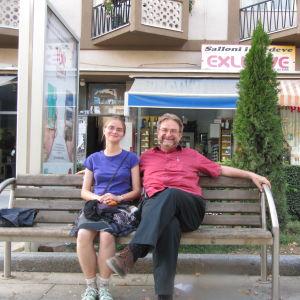 Eero Hämeenniemi istuu penkillä Pristinassa tyttärensä Katrin kanssa.