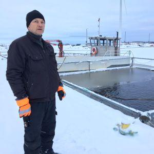 Toimitusjohtaja Timo Laitakari Vatungissa kala-altaan vieressä.