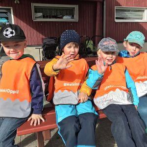 Fyra pojkar med reflexvästar.