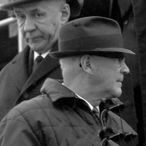 tvä män i hatt på svartvit bild