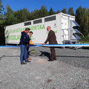 Robert Nyman, Simon-Erik Ollus och Tomi Yli-Kyyny inviger reservbatteriet i Ingå.
