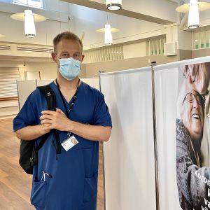 Kainuun pandemiapäällikkö Olli-Pekka Koukkari Kajaanin sairaalan vanhassa aulassa, jossa käynnissä ovat koronarokotukset.