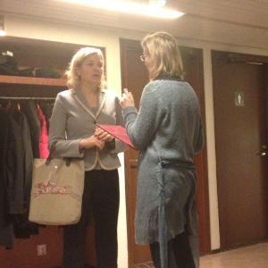 Mikaela Björklund, ordförande i Närpes stadsfullmäktige över lämnar skrivelsen till kommunminister Henna Virkkunen.