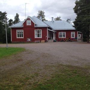 En röd träbyggnad som är Västankvarns skola i Ingå.