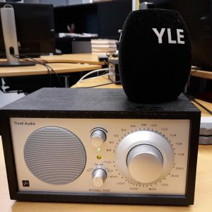 Radiovastaanotin työpöydällä.