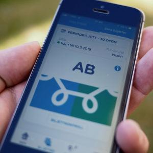 Helsingforsregionens trafiks biljettapp på en mobilskärm