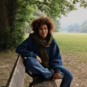 Stephanie Collingwoode Williams fotograferad i en park i Bryssel. Hon är en kvinna i 30-årsåldern, ledigt klädd med en halsduk runt halsen.