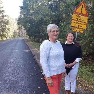 Eva Svanbäck och Camilla Söderström på Täktervägen i Ingå.