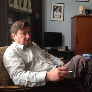 Aki Kaurismäki (Aki Kaurismäki esittelee elokuvan vain enkeleillä on siivet.)