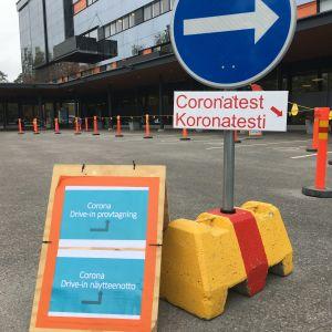 Koronatestejä drive-in -pisteellä Vaasassa
