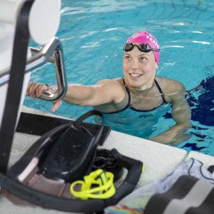 Uimari Fanny Teijonsalo uima-altaan päädyssä uintiharjoituksissa.