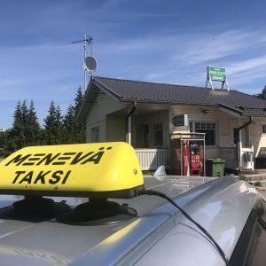 Taxibil invid taxistation.