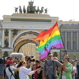Regnbågsflaggan vajade ett ögonblick på Palatstorget. Pridedemonstration i S:t Petersburg den 4 augusti 2014.