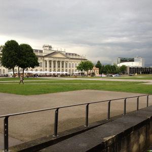 Nykytaiteen festivaali Documentan rakennuksia Saksassa harmaana päivänä.