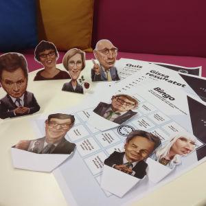 Bild av utskrivna papper med valbingo, valtippningsschema och utklippta karikatyrer av presidentkandidaterna.