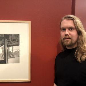 Valokuvaaja Touko Hujanen Vivian Maierin näyttelyssä Valokuvataiteen museossa