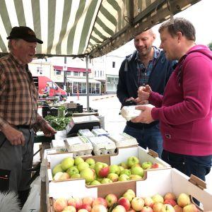 Lars Forsstedt säljer ägg till Michael Björklund och Matias Jungar vid sitt stånd på Ekenäs torg.