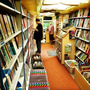 Ihmisiä kirjastoautossa.
