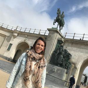 Biträdande borgmästaren Silke Beirens framför Leopoldstatyn.