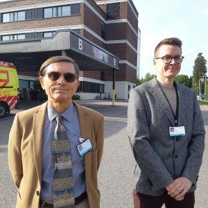 Tom Löfstedt och Ville Pursiainen utanför jouren vid Lojo sjukhus.