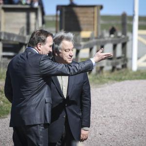 Sveriges statsminister Stefan Löfven och FN:s generalsekreterare Antonio Guterres utomhus.