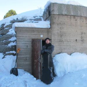 Jarkko Martikainen Oulun rautatieasemalla Kivikukko-bunkkerin ovella sarjassa Suojele minua!