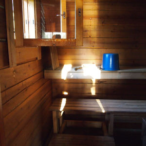 32-årigaStockbastun som ger gott/hett bad. Utan el, mysigt att bada in på sena hösten. Badas ofta och simturer och simdopp tas. Skönt atto sitta på verandan och se sjön som några meter från bastun.
