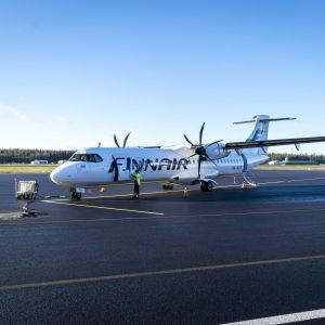 Finnairin ATR-matkustajalentokone Jyväskylän lentoaseman platalla.