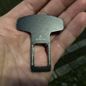 En svart, platt bricka i en hand.
