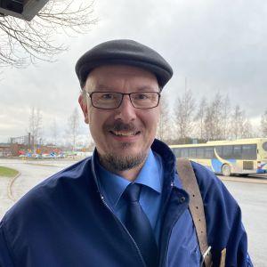 Linja-autonkuljettaja Kari Rintamäki seisoo pysäkillä vuoron päätteeksi