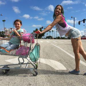 Halley (Bria Vinaite) och dottern Moonee (Brooklynn Prince) poserar för kameran.