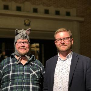 Röblom och Ehn i stadshusets sal. Ehn i vargmundering.