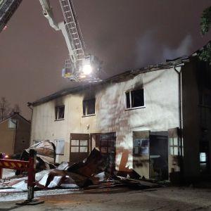 Pienkerrostalo kärsi mittavat vahingot tulipalossa Juvalla Juvantiellä.