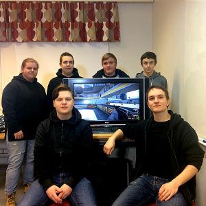 Rasmus Enholm, Robin Strömfors, Jimmy Ekström, Jonathan Perälä, Isak Jansson och Kevin Söderholm spelar CounterStrike.